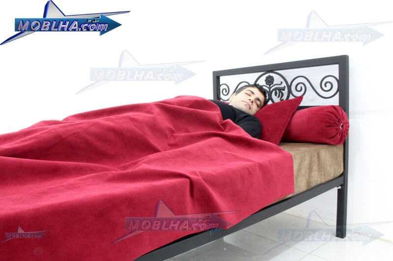 نمای تاج تختخواب و خواب شخص بر روی تخت خواب فرفورژه کد 144