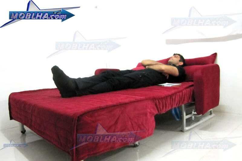 وضعیت خواب یک شخص بر روی مبل تختخوابشو