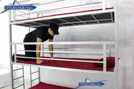 کاربر در حال وارد شدن به یکی از طبقات تختخواب سه طبقه
