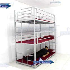 شخص در حال خواب و استراحت در تخت خواب سه طبقه کد 130 تایتان سیلور
