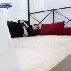 شخصی خوابیده بر روی تخت خواب پرنسسی کد 109