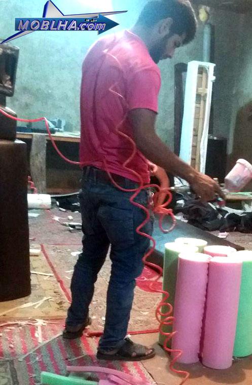 کارگران در حال تولید مبل ها